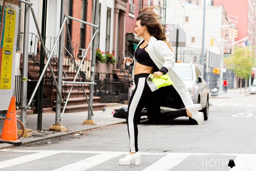 Do The Hotpants Dana Suchow Curvy Woman Blogger Black Stripe Leggings Sports Bra Running Fashion 10