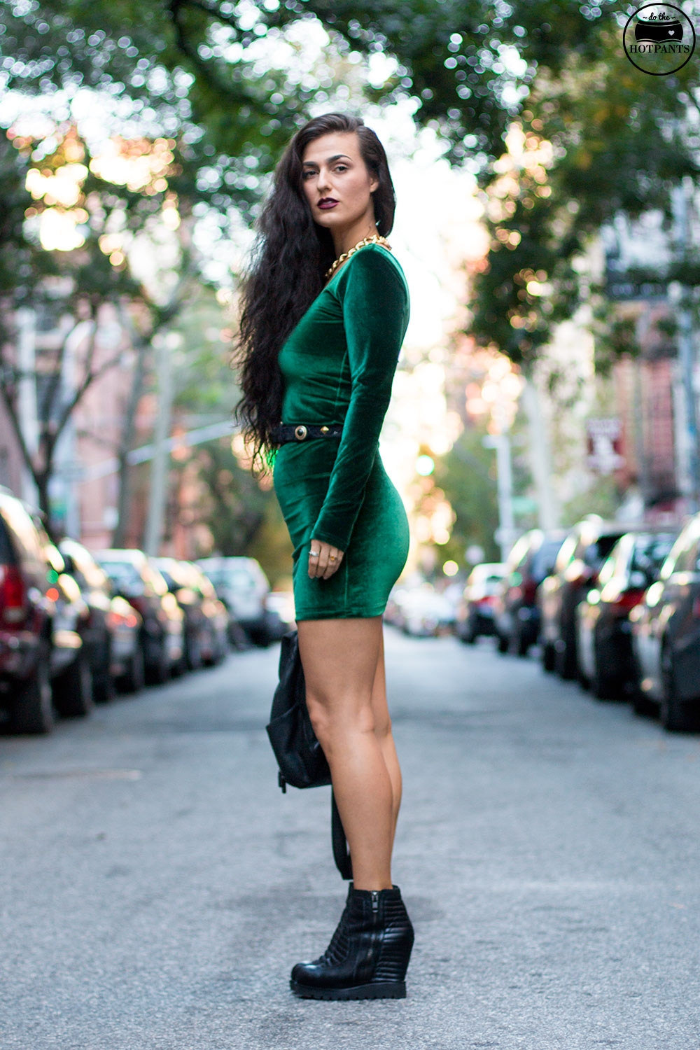Do The Hotpants Dana Suchow Green Velvet Bodycon Dress Minidress Curvy Woman Long Hairstyle Wavy Hair IMG_3457