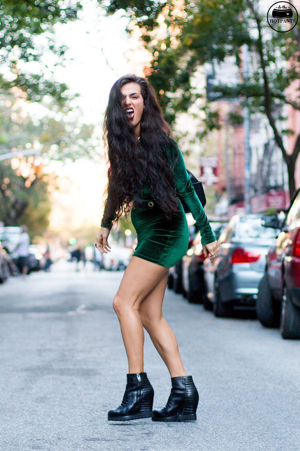 Do The Hotpants Dana Suchow Green Velvet Bodycon Dress Minidress Curvy Woman Long Hairstyle Wavy Hair IMG_3574