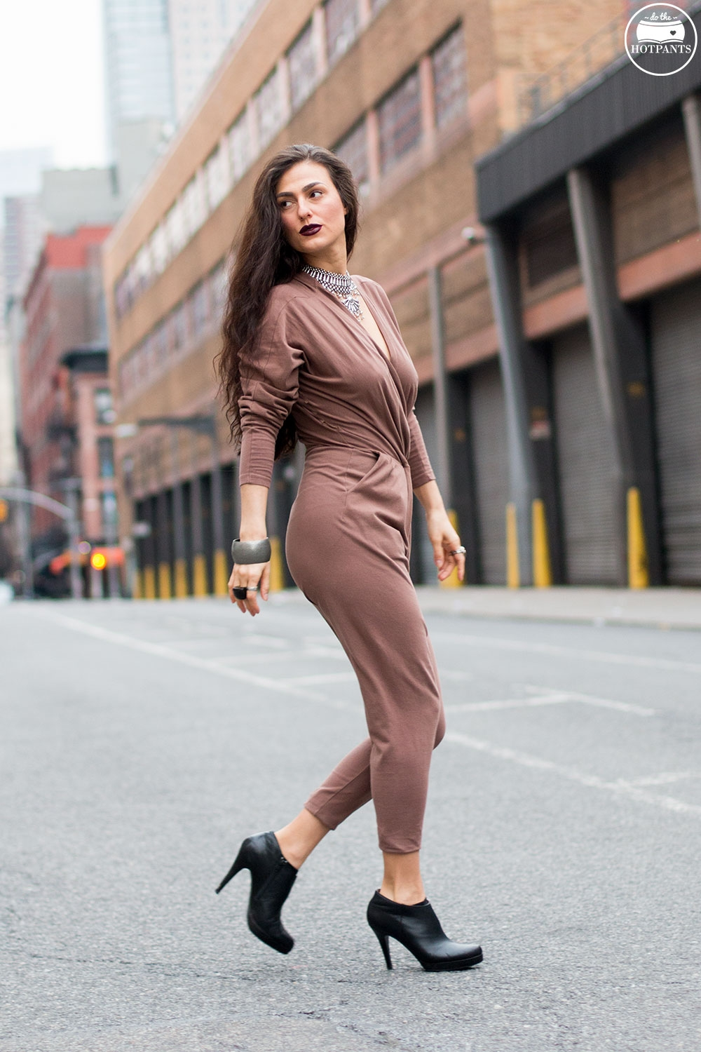Do The Hotpants Dana Suchow Curvy Woman Jumpsuit Nude Outfit Winter Fashion Long Wavy Hair Dark Lipstick IMG_7319